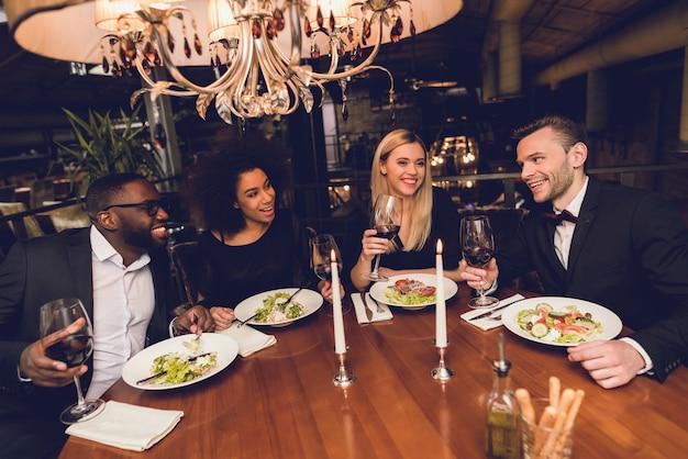 Eine gesellschaft junger leute bestellte essen in einem restaurant.