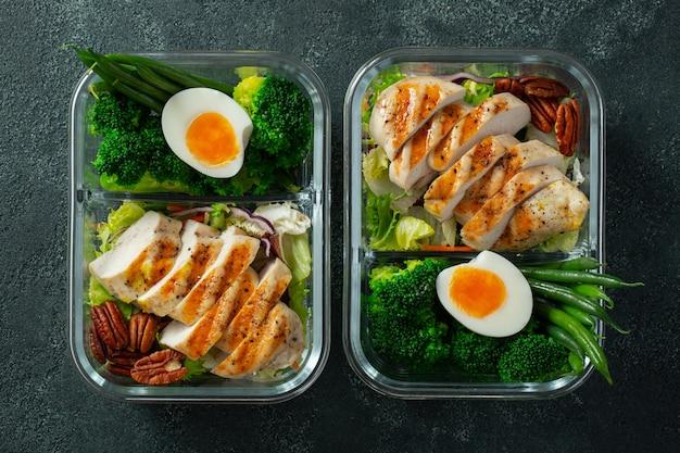 Eine gesunde mahlzeit mit hühnerbrust
