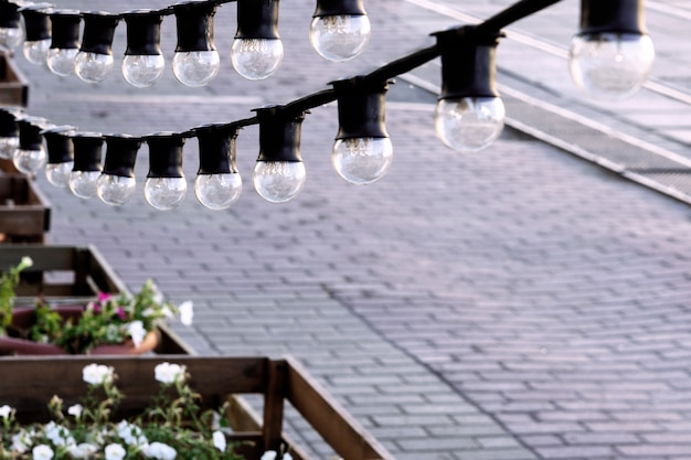 Eine girlande aus glühbirnen nahaufnahme mit blick auf die straße.