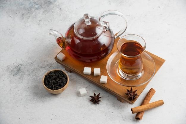 Eine glasschale tee mit zucker und sternanis.
