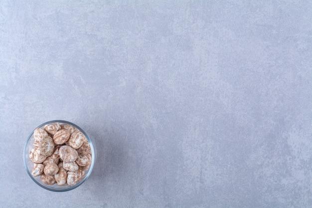 Eine glasschüssel voller gesundes getreide auf grauem hintergrund. foto in hoher qualität