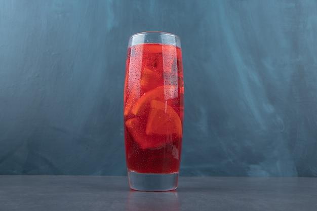 Eine glastasse frische limonade mit zitronenscheiben