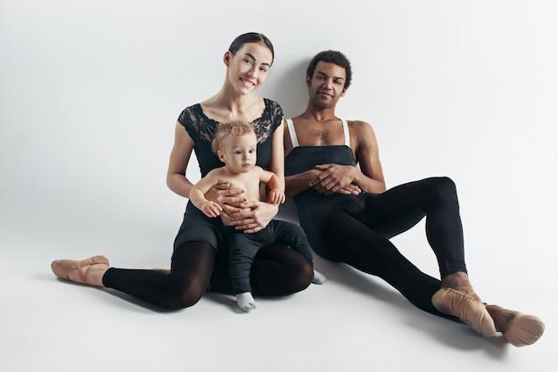 Eine glückliche familie auf weißem raum