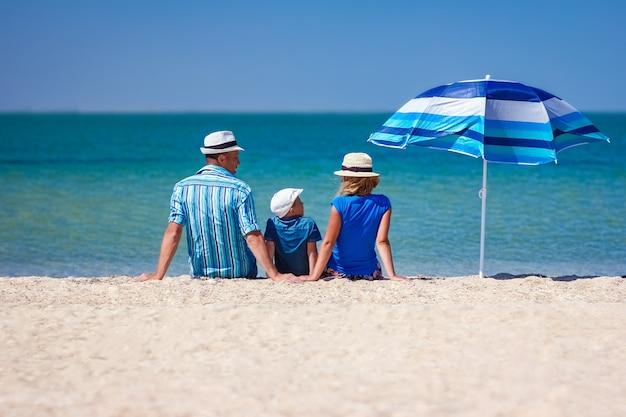 Eine glückliche familie eltern mit kindern am meer auf naturreisen