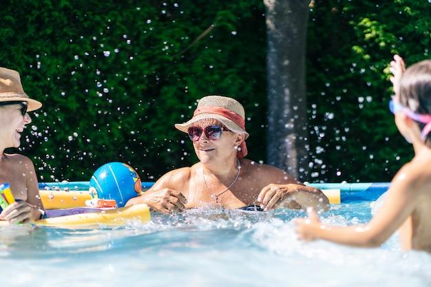 Eine glückliche familie hat an einem sommertag zu hause spaß im schwimmbad