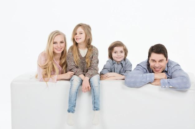 Eine glückliche familie mit zwei kindern zu hause.