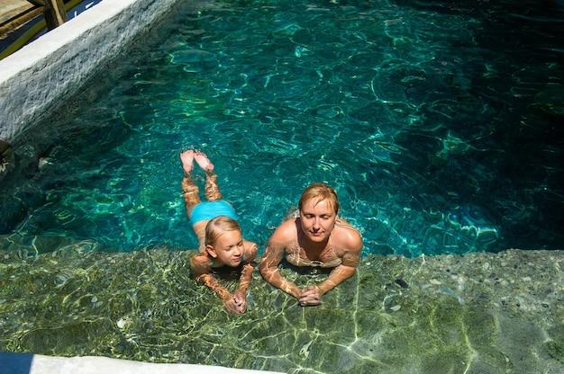 Eine glückliche familie nimmt in einem resort in der türkei ein schwefelwasserstoff-behandlungsbecken auf.