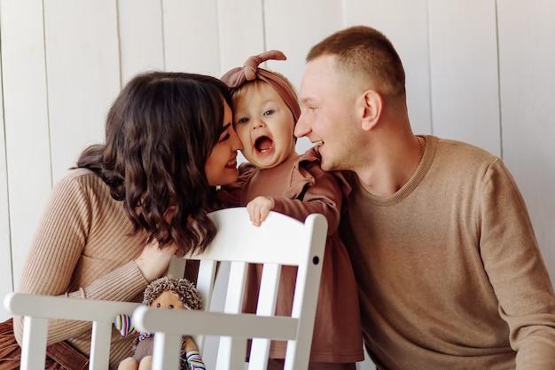 Eine glückliche familie posiert