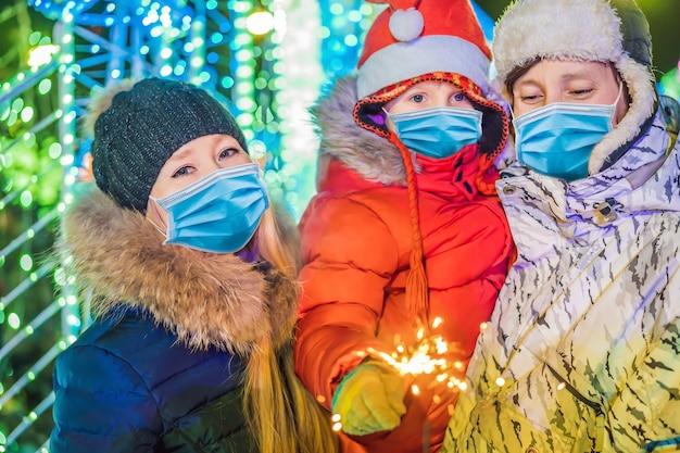 Eine glückliche familie trägt aufgrund des covid-19-coronavirus medizinische masken
