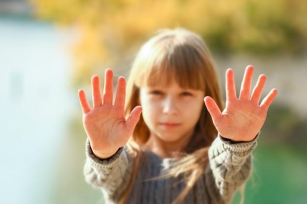 Eine glückliche hand eines kindes auf natur in der parkreise