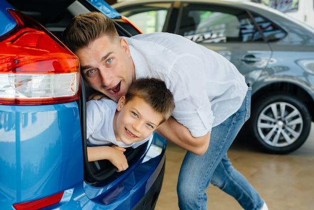 Eine glückliche junge familie im autohaus