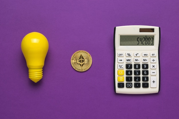Eine glühbirne, ein taschenrechner und eine digitale münze auf violettem hintergrund.