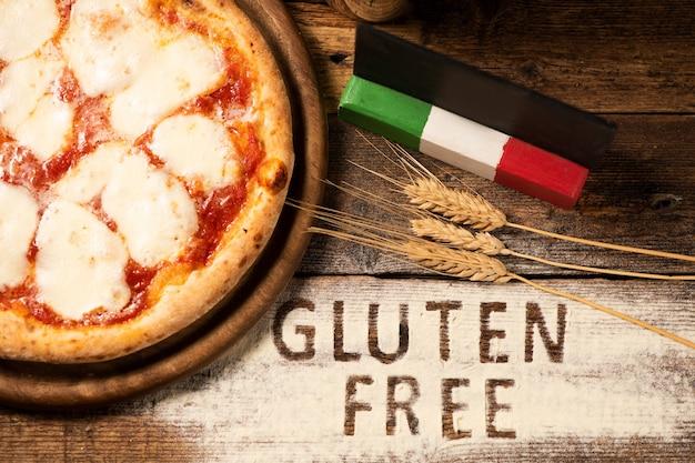 Eine glutenfreie pizza auf rustikalem holzhintergrund, nahaufnahme