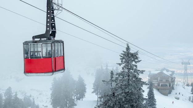 Eine gondel mitten in den bergen. winterreisekonzept.