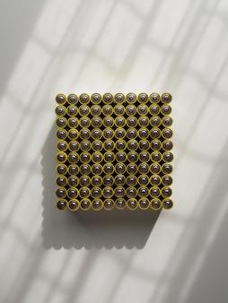 Eine große anzahl alter gelber aa-batterien.