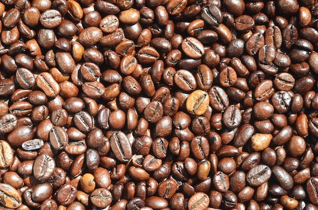 Eine große anzahl von duftenden und frisch gerösteten braunen kaffeebohnen