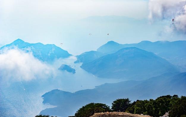 Eine große anzahl von gleitschirmfliegern fliegen vom mount babadag.turkey