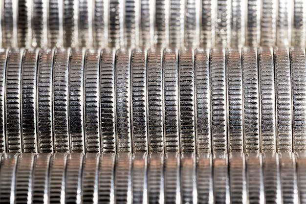 Eine große anzahl von runden metallmünzen von silberner farbe, die in einem stapel gestapelt sind, gesetzliches zahlungsmittel, das für zahlungen im staat verwendet wird, schöne münzen in nahaufnahme des gleichen münzwerts