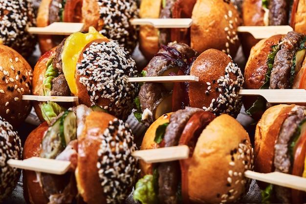 Eine große auswahl an vielen hamburgern, wunderschön gelegten cheesburgern.