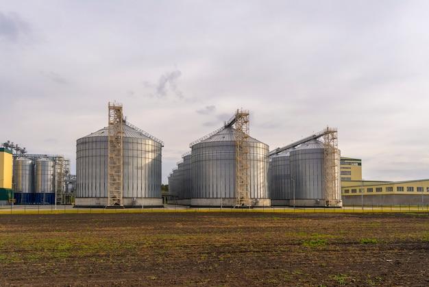 Eine große fabrik für die verarbeitung von getreide. großer aufzug im feld.