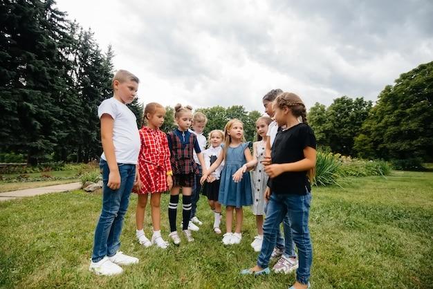 Eine große gruppe von kindern spielt im park