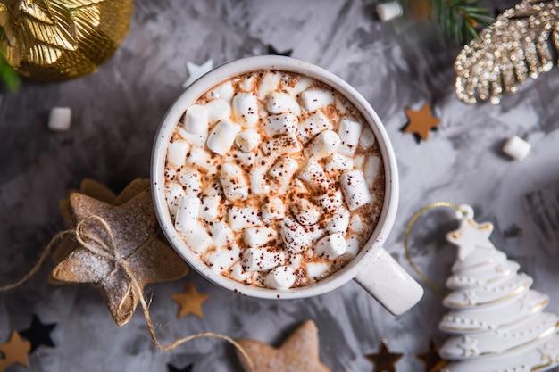 Eine große tasse kakao mit marshmallow bestreut mit kakaopulver