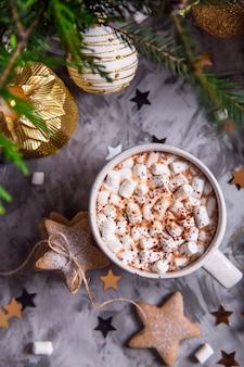 Eine große tasse kakao mit marshmallow