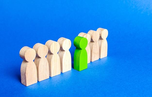 Eine grünfigurige person kommt aus der personallinie die personalabteilung sucht nach neuen mitarbeitern auswahl unter den kandidaten
