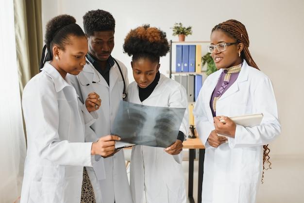 Eine gruppe afroamerikanischer ärzte arbeitet in einem krankenhaus.
