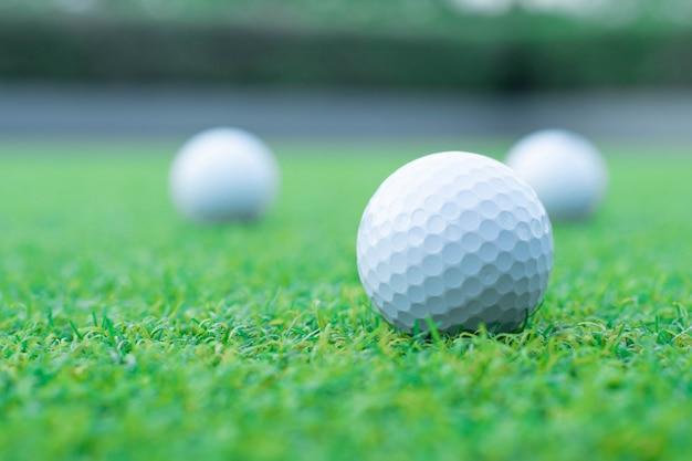 Eine gruppe des golfballs auf grünem gras