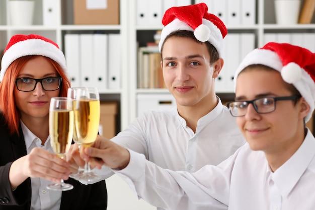 Eine gruppe geschäftsleute, die weihnachten feiern