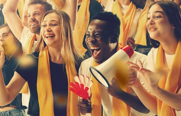 Eine gruppe glücklicher fans jubelt um ihren mannschaftssieg. collage aus sechs modellen.