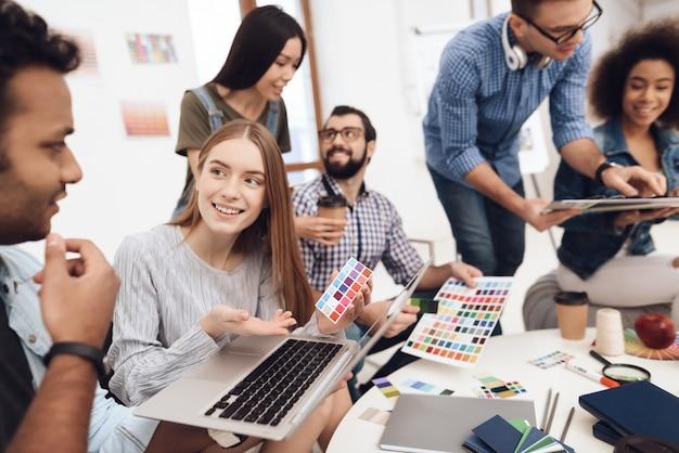 Eine gruppe junger designer macht brainstorming.