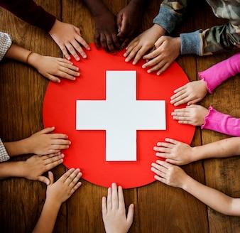 Eine Gruppe junger Kinder, die erste Hilfe lernen