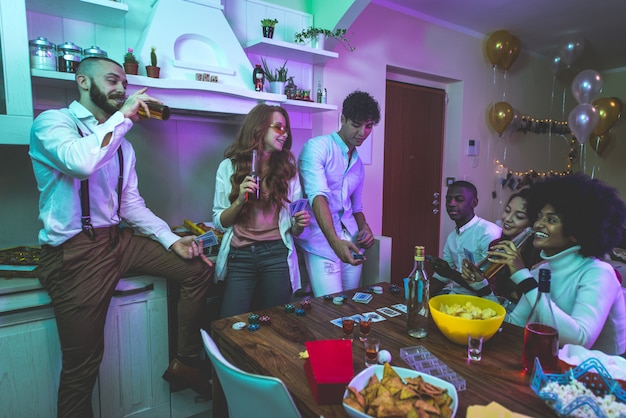 Eine gruppe junger leute, die zu hause feiern und feiern