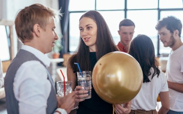 Eine gruppe junger leute kommuniziert auf einer party.