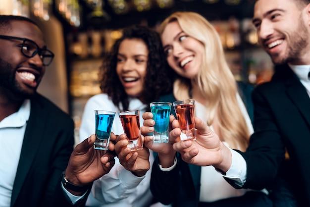 Eine gruppe junger leute ruht sich in einer bar aus.