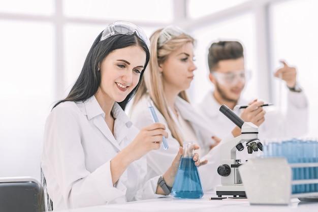 Eine gruppe junger wissenschaftler forscht im labor