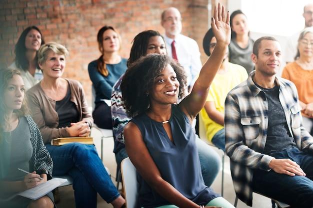 Eine gruppe mit unterschiedlichem publikum in einem meeting