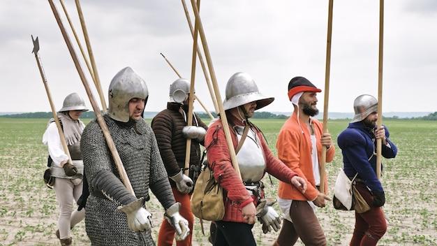 Eine gruppe mittelalterlicher ritter mit speeren, die sich auf den angriff vorbereiten.