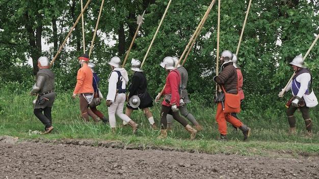Eine gruppe mittelalterlicher ritter zieht in die schlacht.