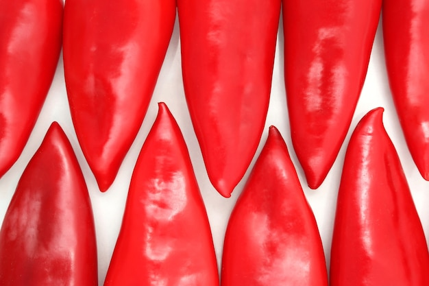 Eine gruppe roter paprika auf einem weißen