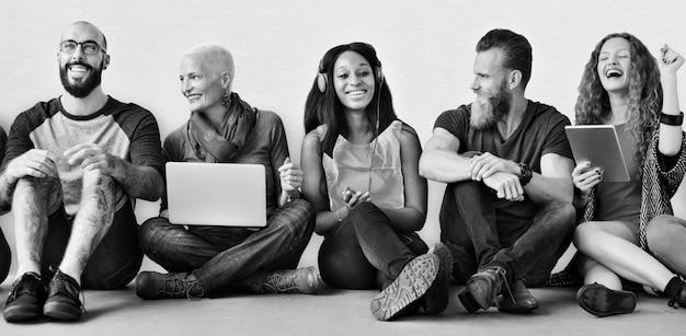 Eine gruppe verschiedener leute benutzt digitale geräte