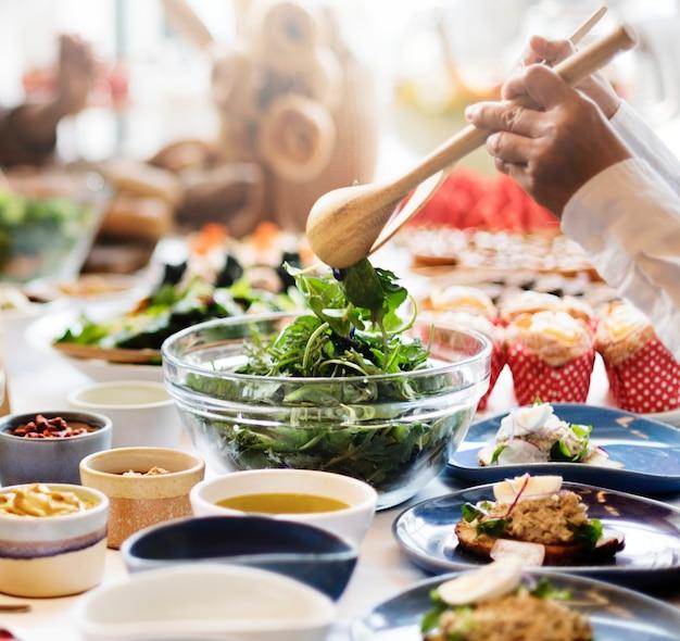 Eine gruppe verschiedener leute isst zusammen zu mittag