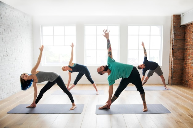 Eine gruppe verschiedener menschen nimmt an einem yogakurs teil
