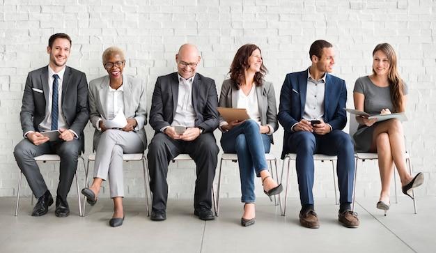 Eine gruppe verschiedener menschen wartet auf ein vorstellungsgespräch