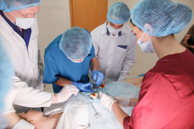 Eine gruppe von chirurgen, die operationen in einem krankenhaus durchführen.