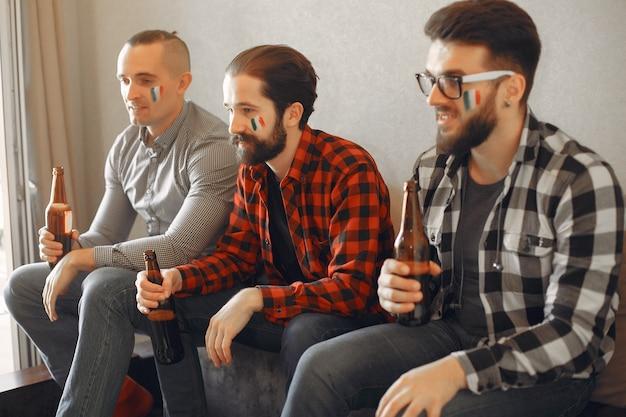 Eine gruppe von fans schaut fußball im fernsehen