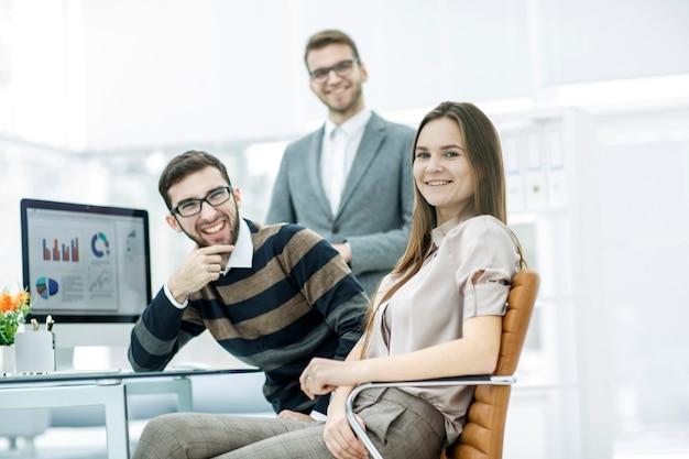 Eine gruppe von finanzexperten arbeitet mit finanzberichten am arbeitsplatz in einem modernen büro