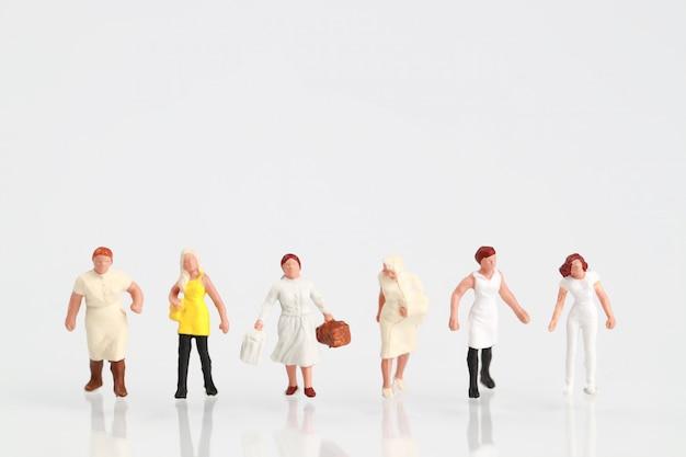 Eine gruppe von frauen zu fuß auf weiß